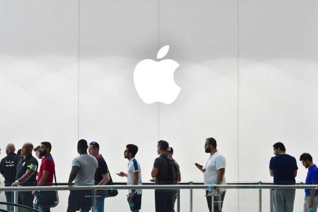 iPhone-8-launch-Dubai-1 فشل آيفون 8: مبيعاته أقل بنسبة 78% من آيفون 7 ومتاجر آبل خاوية على عروشها