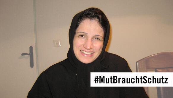 """Porträtfoto Nasrin Sotoudeh mit """"#MutBrauchtSchutz""""-Schriftzug"""