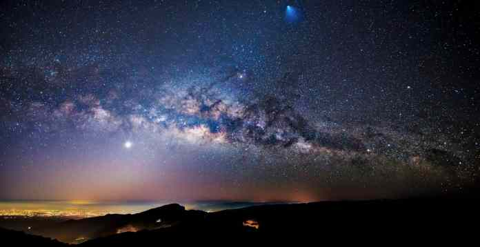 Quang cảnh ban đêm của tên lửa, sao băng và Dải Ngân hà trên Thái Lan