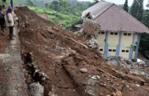 Faktor-faktor Penyebab Tanah Longsor dan Cara Penanggulangannya