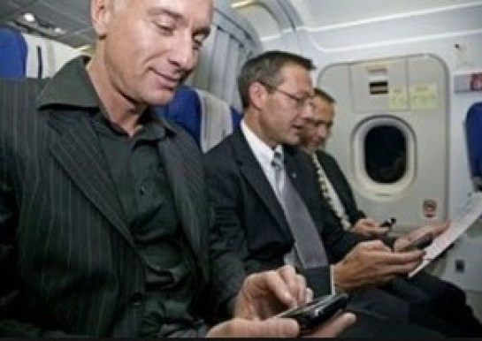 Inilah Alasan Mengapa Kita Wajib Mematikan HP Saat Pesawat Sedang Terbang