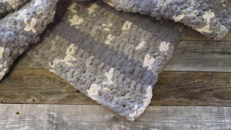 free gray chunky throw blanket crochet pattern - bernat yarn - crochet throw pattern- crochet blanket pattern -amorecraftylife.com #crochet #crochetpattern #freecrochetpattern