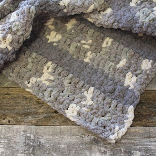 free gray chunky throw blanket crochet pattern - bernat yarn - crochet throw pattern- crochet blanket pattern -amorecraftylife.com #crochet #crochetpattern #freecrochetpattern