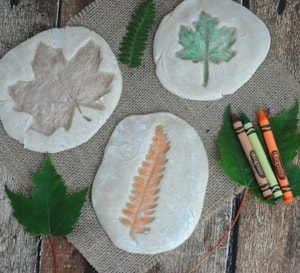 fall leaves kid crafts- fall kid craft - autumn kid craft - amorecraftylife.com #kidscrafts #craftsforkids #preschool #fall