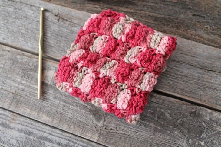 free printable cluster double stitch crochet dishcloth pattern -amorecraftylife.com #crochet #crochetpattern #diy #freecrochetpattern