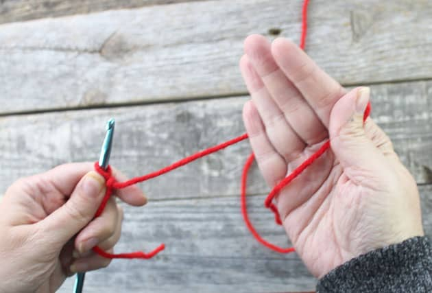 how to hold a yarn- learn to crochet -how to crochet beginner crochet tutorials - amorecraftylife.com