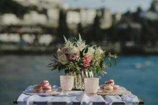 decoração de uma mesa junto ao rio em tons de pastel rosa verde e branco