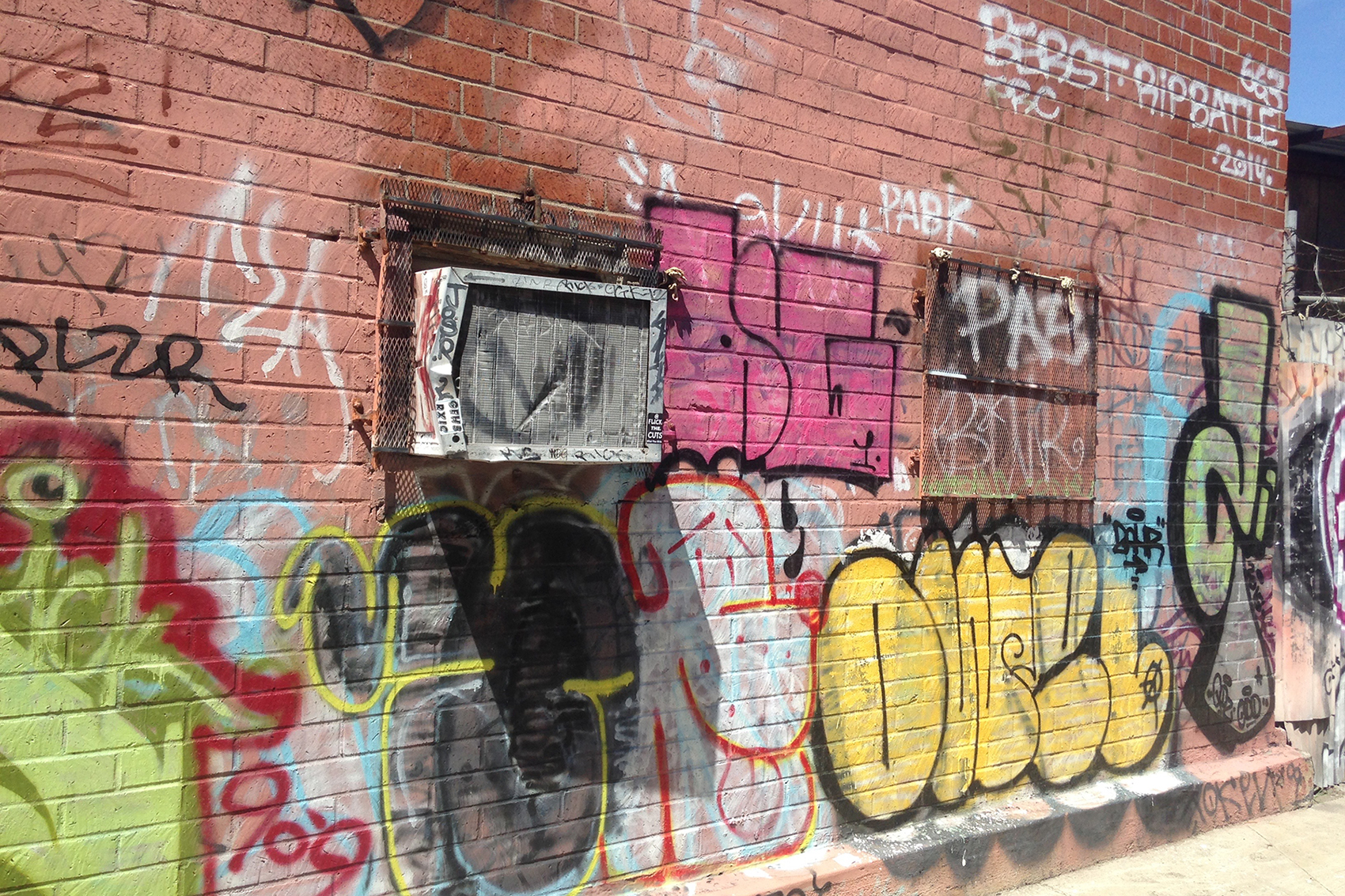 Graffiti wall training - A Nerph Throw Up Sits Under The Battered Ac Unit In The World S Smallest Alley