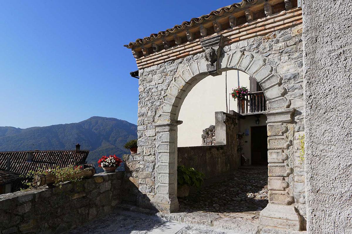 Arco in pietra in una casa di Voltois