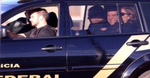 Cachoeira ri no camburaão que o levou preso na mnhã dessa quinta-feira(30) Foto: Reprodução