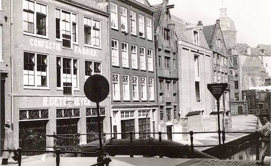 Amsterdam Oudezijds Achterburgwal 26 in the 50's. This is now restaurant Mata Hari