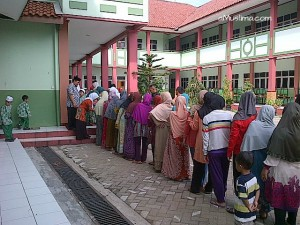 Queue, waiting for Ramadan gifts  Ramadan for children in Indonesia, my story antre