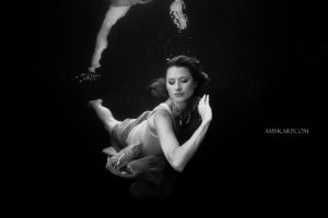 underwater maternity session in dallas with arden by dallas wedding photographer amy karp (2)