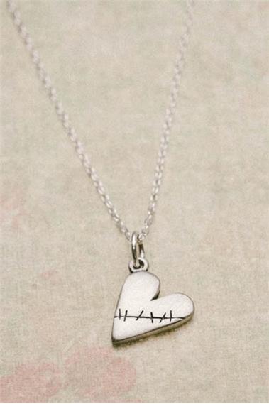 beauty_in_the_broken_necklace_01