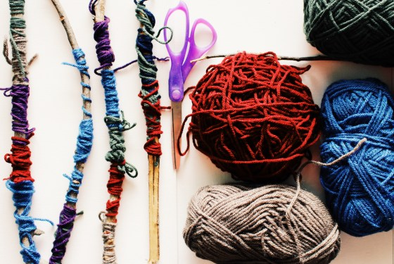 Yarn crafts with nature is a great DIY project for kids (and adults) too! This open-ended project allows kids to explore creative patterns and build self confidence! Full article and many more family DIY projects at site