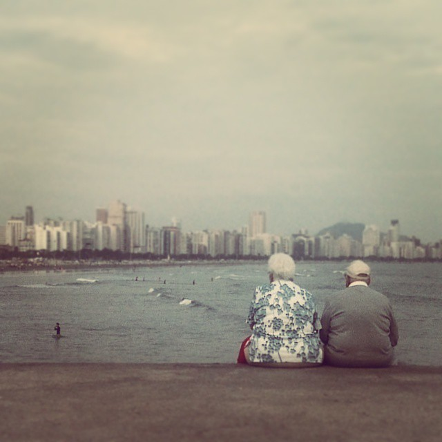 Old couple looking at Santos