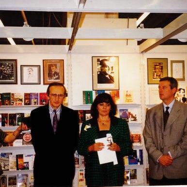 Cu Mircea Martin intre Teodora Stanciu si Thomas Kleininger la Targul de Carte de la Frankfurt (1997)