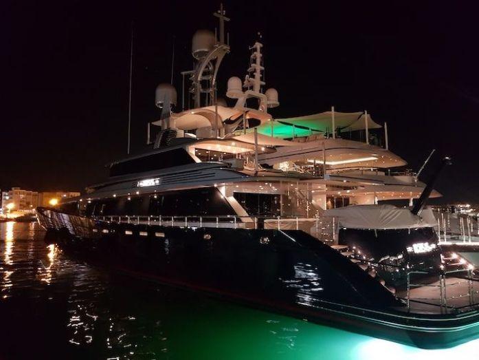 Yate en el puerto de Ibiza