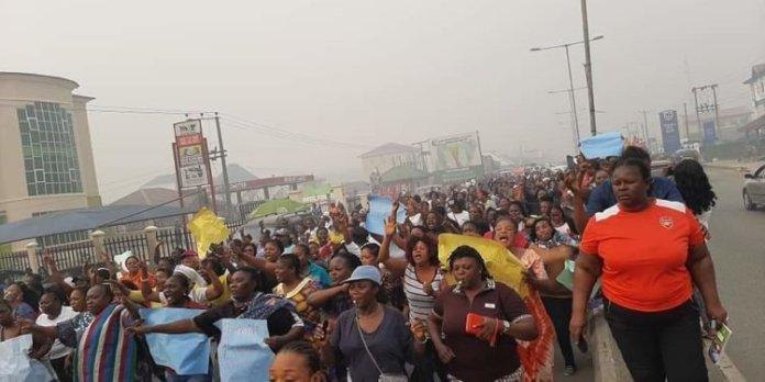 Protesters burn pdp secretatrait, diri and dickson properties