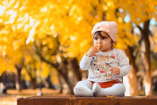 طفل يتناول الطعام