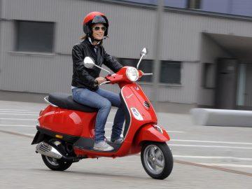 Safety riding untuk pengendara motor wanita via gdefon.com