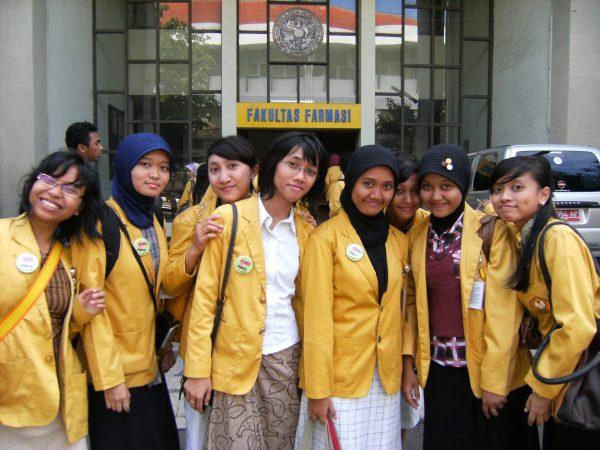 Universitas Airlangga, salah satu kampus yang punya Fakultas Farmasi via hanexmbois