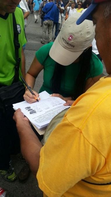 Representantes de la MUD recogen las firmas de quienes se quedaron sin firmar Foto: Laye