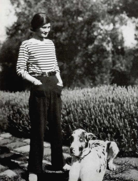 Gabrielle Chanel en 1928 con un un diseño clásico de la camisa marinera