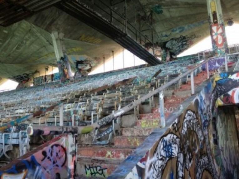Estructura de hormigón abandonada y cargada de grafitis