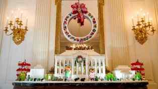 Réplica totalmente comestible de la Casa Blanca, que este año contiene 68 kilos de tarta de jengibre en el interior y más de 45 kilos que decoran el exterior y casi 10 kilos de glaseado y de azúcar, que aportan el toque dulce a la sala. Esta decoración esta presente todos los años con diferentes ingredientes/ Foto: EFE