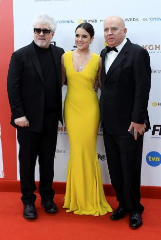 El director español Pedro Almodovar junto a la actriz Adriana Ugarte y su hermano, el productor Agustin Almodovar en la alfombra roja de los European Film Awards en Polonia. Foto: EFE