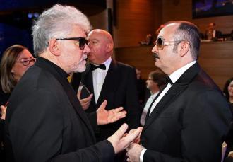 Pedro Almodovar conversa con el actor español Carlos Areces en la edición 29 de los European Film Awards en Polonia. Foto: EFE