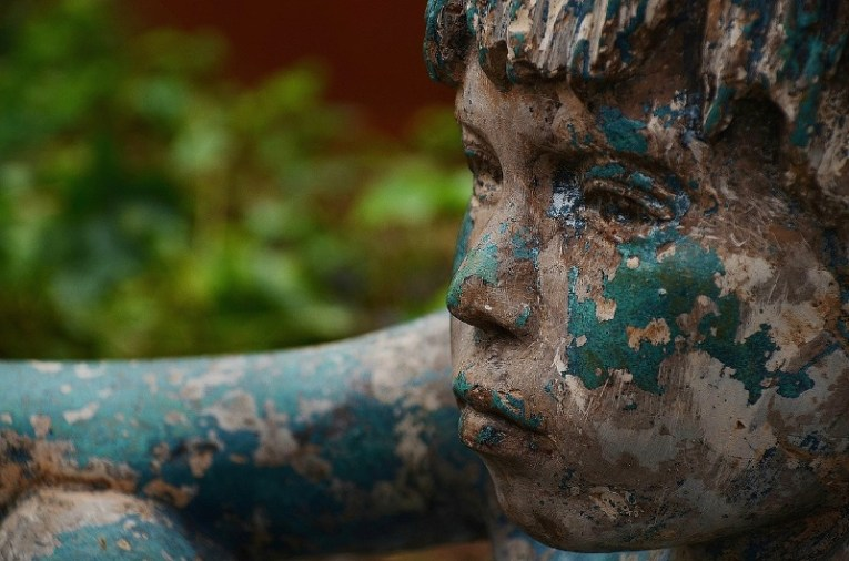 Estatua de un niño triste