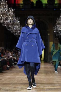 Modelos presentan una creación de la colección otoño-invierno 2017/2018 del diseñador japonés Yoshiyuki Miyamae para Issey Miyake durante la Semana de Moda de París, Francia, el 3 de marzo de 2017. La Semana de Moda de París se celebra del 28 de febrero al 7 de marzo/ Foto: EFE