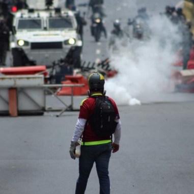 Manifestantes se enfrenta a GNB/Foto: Giancalo Corrado