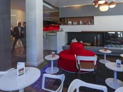 Nutella Café incluso ofrece una variedad de sandwiches italianos tostados, sopas y ensaladas, para los entusiastas que deseen disfrutar del amplio espacio con mesas colectivas, sofás y hasta un rinconcito con chimenea para el invierno/ Foto: EFE