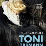 """Toni Erdmann: Inés trabaja en una gran empresa alemana establecida en Bucarest. Su vida está perfectamente organizada hasta que su padre Winfried llega de improvisto y le pregunta """"¿eres feliz?"""". Tras su incapacidad para responder, sufre un profundo cambio. Ese padre que a veces estorba y que la avergüenza un poco le va a ayudar a dar nuevamente sentido a su vida gracias a un personaje imaginario: el divertido Toni Erdmann"""