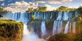 Más altas que las del Niágara y más anchas que las Victoria, las cataratas de Iguazú, cuyo nombre significa «aguas grandes», son un conjunto de 275 saltos. El primer europeo en conocerlas fue el explorador Álvar Núñez Cabeza de Vaca a inicios del siglo xv. Declaradas parque nacional tanto en la orilla argentina como en la brasileña, pueden contemplarse desde una carretera panorámica/ Foto: Michele Falzone - AWL Images