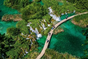 De los seis parques nacionales croatas, el del río Krka es el que mejor combina valores ecológicos y culturales. El curso nace cerca de la ciudad de Knin, a poca distancia de la costa dálmata, se encauza por un cañón, salta siete cascadas y se remansa en lagos junto a los que hay monasterios, molinos de agua y restos de fortalezas. Una red de senderos y rutas en canoa permiten adentrarse en el parque/ Foto: Gonzalo Azumendi