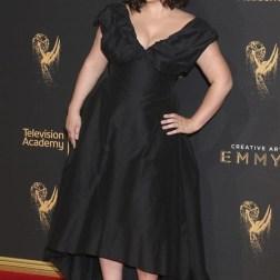 La actriz estadounidense Kether Donohue posa a su llegada a la ceremonia de entrega de los premios Emmy a las Artes Creativas celebrada en Los Ángeles