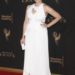 La actriz estadounidense Rachel Bloom posa a su llegada a la ceremonia de entrega de los premios Emmy a las Artes Creativas celebrada en Los Ángeles