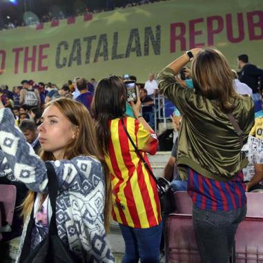 Aficionados del FC Barcelona durante el partido de la primera jornada de la Liga de Campeones ante la Juventus, disputado esta noche en el Camp Nou, en Barcelona. EFE/Toni Albir