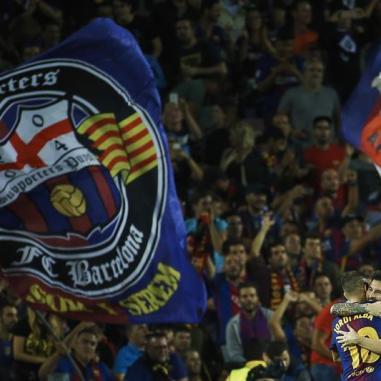 El delantero argentino del FC Barcelona Lionel Messi (d) celebra con su compañero, Jordi Alba, su gol ante el Juventus, el primero del equipo, durante el partido de la primera jornada de la Liga de Campeones que disputan en el estadio Camp Nou de Barcelona. EFE/Alejandro García