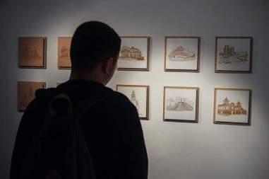 """Fotografía del 10 de octubre de 2017, que muestra a una persona observando varias obras de Ricardo Benaim, que hace parte de la exposición """"Caracas, un lugar"""" Foto: EFE"""