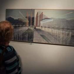 """Fotografía del 10 de octubre de 2017, que muestra a una persona observando la obra """"El Silencio, Caracas"""", de Pancho Quilici, que hace parte de la exposición """"Caracas, un lugar Foto EFE"""