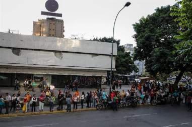 Largas colas por transporte en Caracas