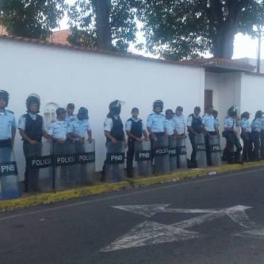 La casa del Gobernador se mantuvo custodiada por efectivos de la Policía estadal