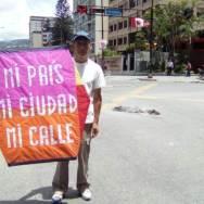 """Rafael Araujo, conocido como el """"señor del papagayo"""" en una protesta en el este de Caracas/Foto: Archivo"""