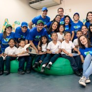 Equipo de Voluntariado P&G y niños de Fé y Alegría junto a Norelys Rodríquez
