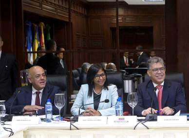 La presidenta de la oficialista Asamblea Nacional Constituyente (ANC), Delcy Rodríguez (c), el ministro venezolano de Educación, Elías Jaua (d), y el ministro venezolano de Comunicación y Cultura, Jorge Rodríguez (i), participan en una reunión entre el Gobierno venezolano y su oposición Foto: EFE